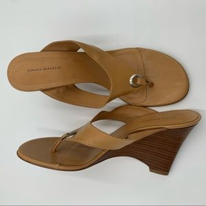 Banana Republic tan wedge flip flop